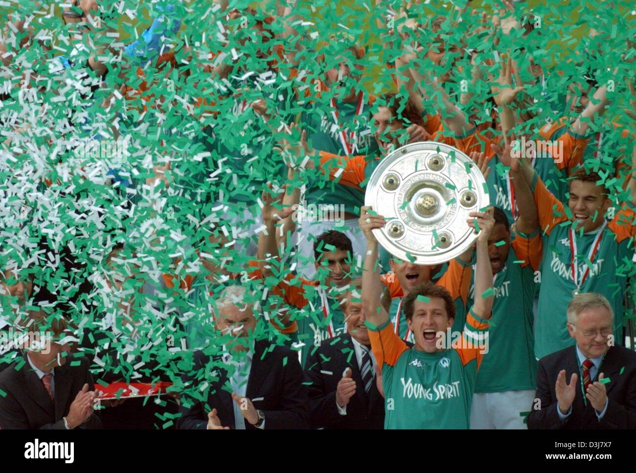(dpa) - Bremen's soccer players cheer and jubilate as they hold aloft the German Bundesliga trophy across the pitch Stock Photo