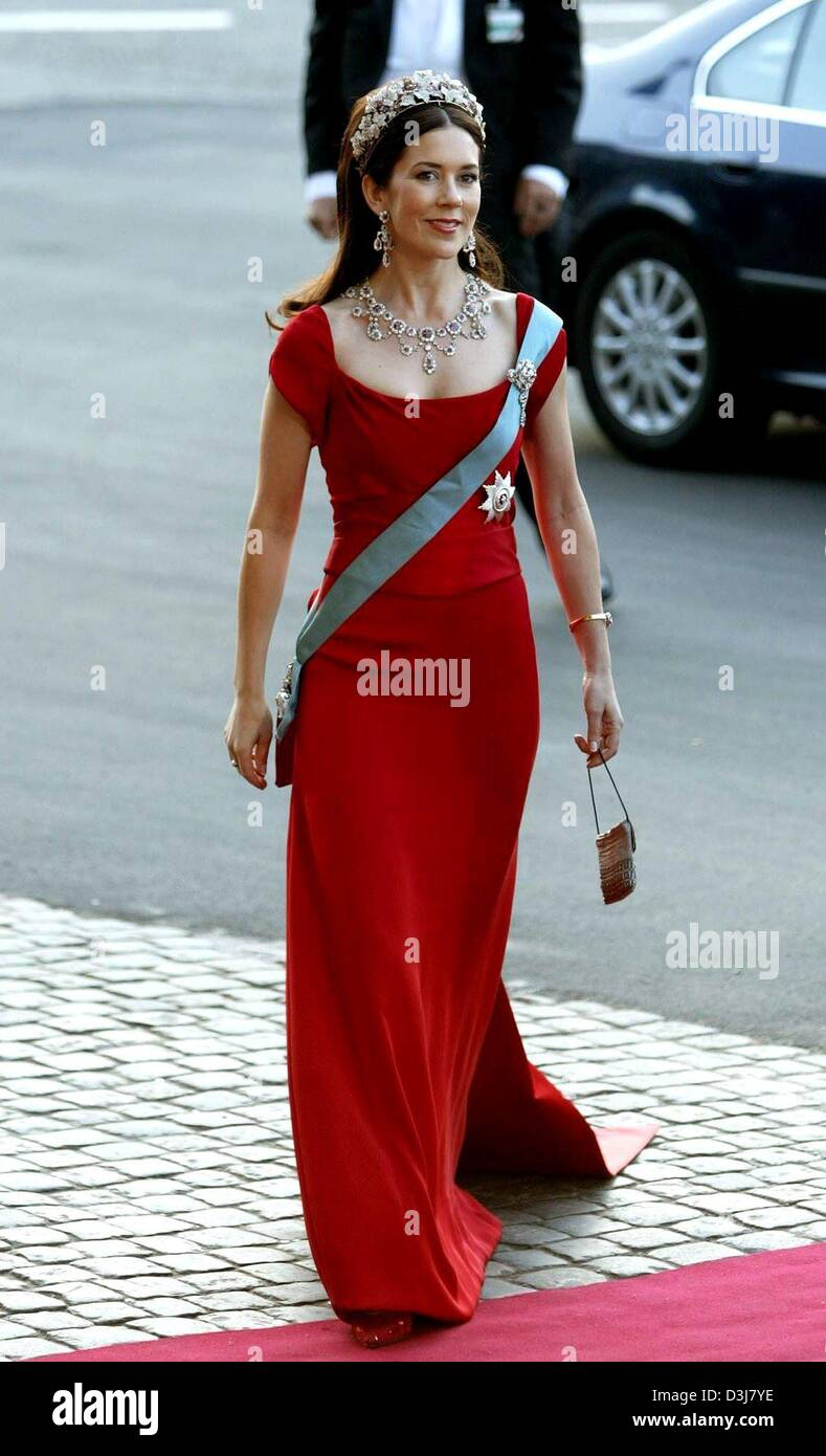 Dpa On The Eve Of Her Wedding Day Mary Donaldson The Australian Fiancee Of Crown Prince Frederik Of Denmark Arrives For A Gala At The Royal Theatre In