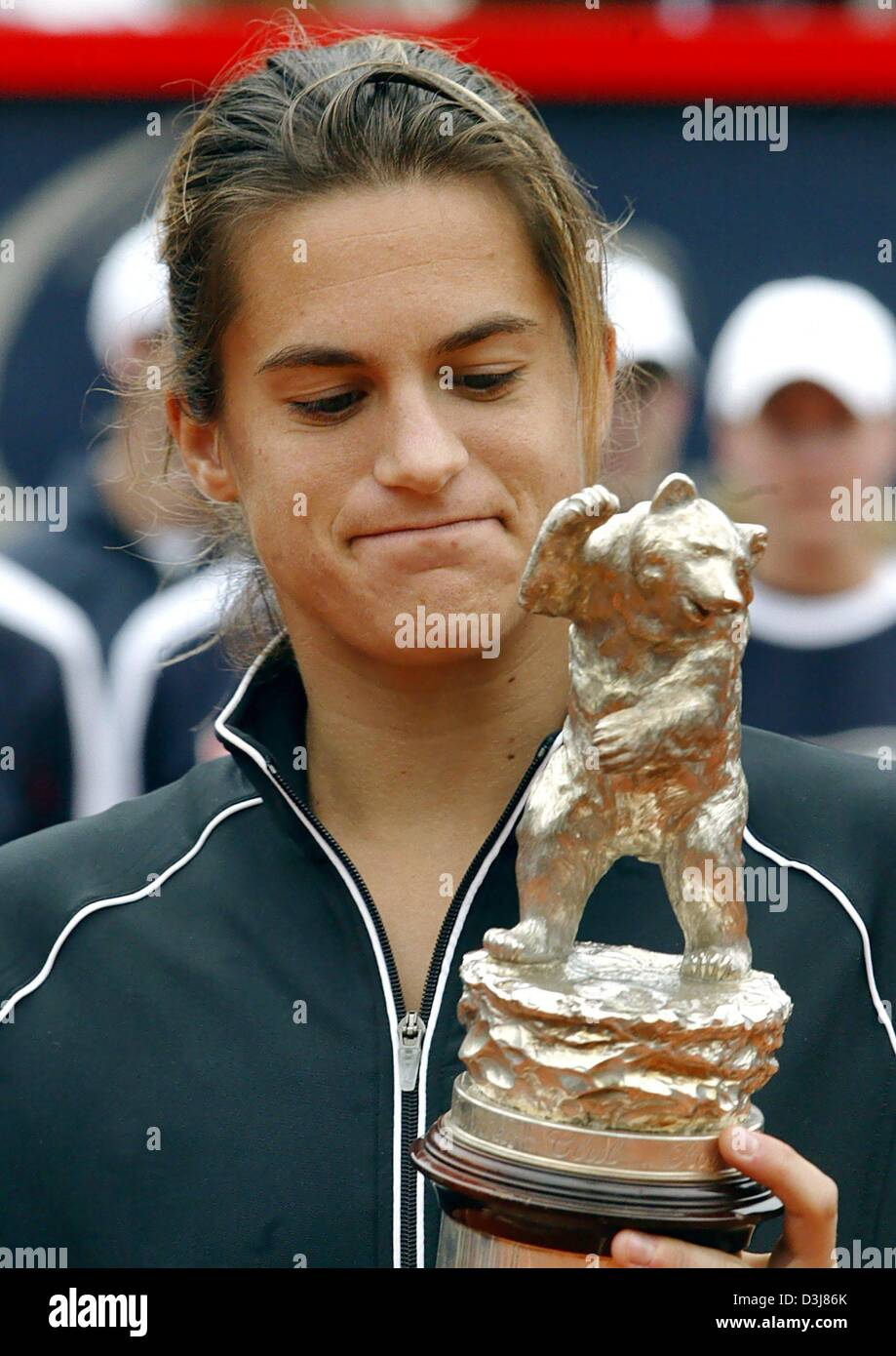 (dpa) - French tennis player Amelie Mauresmo holds the trophy in Berlin, Germany, Sunday 09 May 2004. Due to her - Stock Image