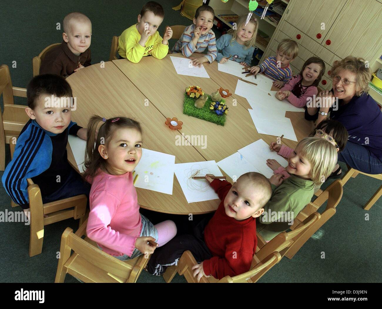dpa a group of children sit around a round table at the hans und