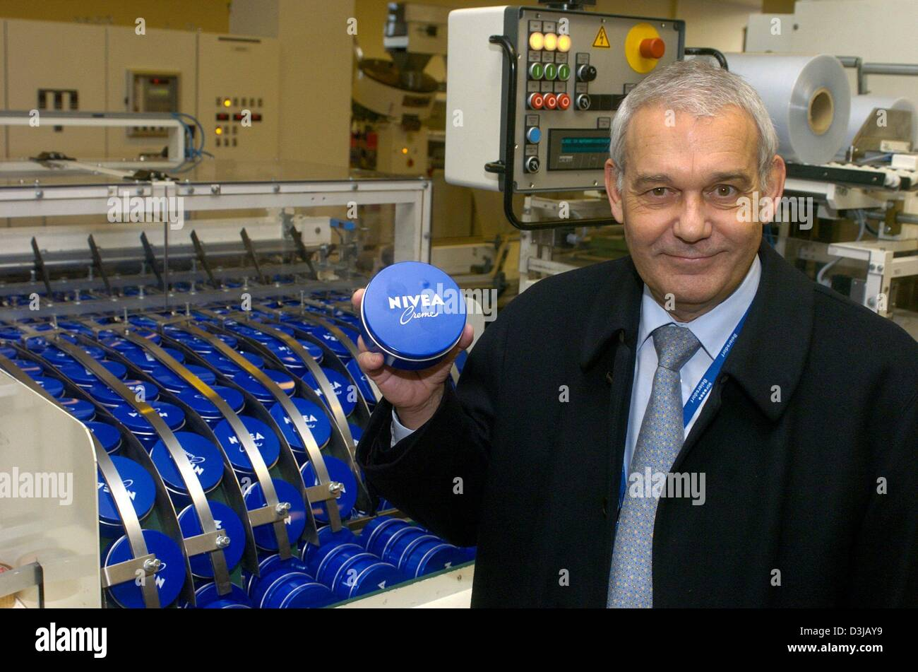 (dpa) - Rolf Kunisch, CEO of the international consumer goods group Beiersdorf, holds up a tin of Nivea creme in - Stock Image