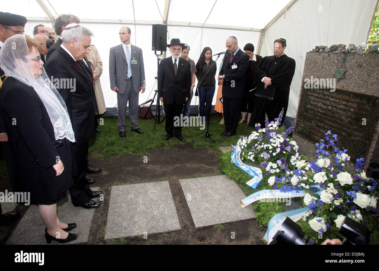 After depositing a wreath Israeli President Moshe Katsav (C), his wife Gila and the Chairman of the Jewish Community - Stock Image