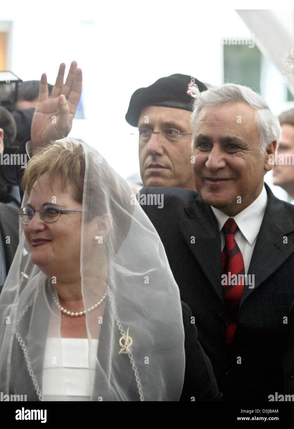 The Israeli President Moshe Katsav and his wife wave at a group of school children at the cemetary Große Hamburger - Stock Image