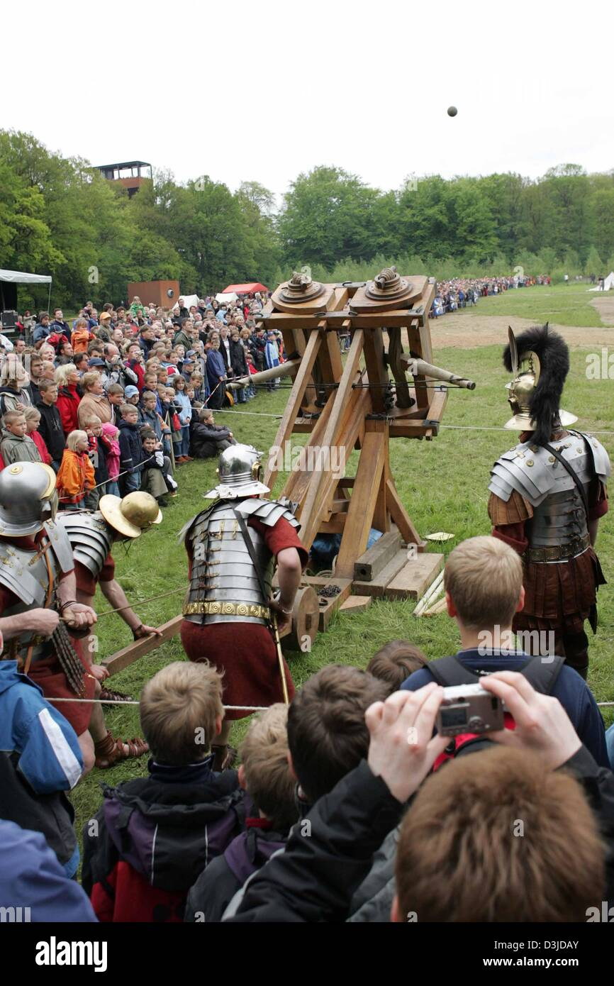 (dpa) - 'Roman soldiers' participate the ballista shooting contest in the park of the 'Varusschlacht' - Stock Image