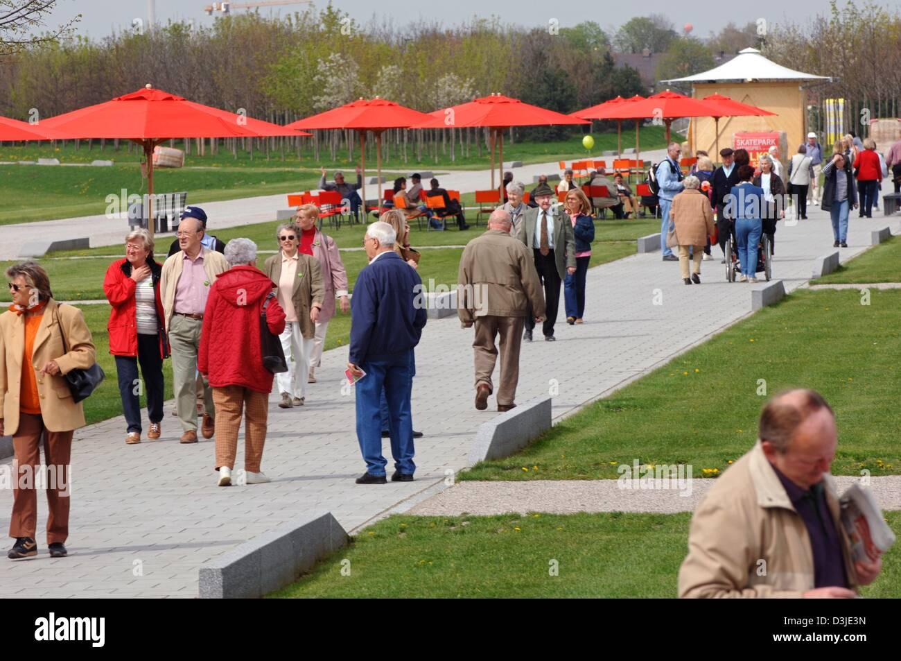 (dpa) - Visitors stroll through the premises of the Bundesgartenschau (BUGA 2005), garden show, in Munich, Germany, - Stock Image