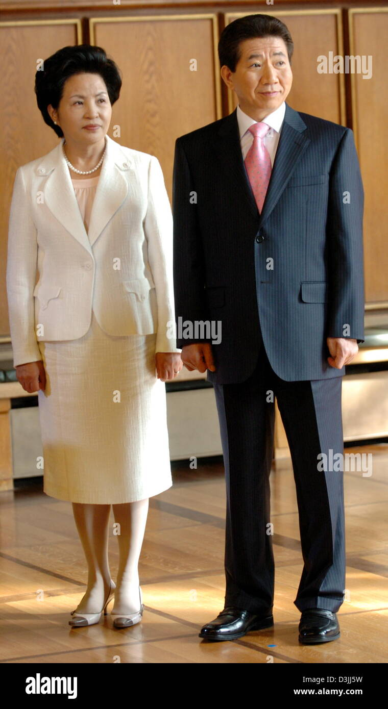 (dpa) - President Roh Moo Hyun (R) of the Republic of Korea stands next to his wife Kwon Yang Suk during their visit - Stock Image