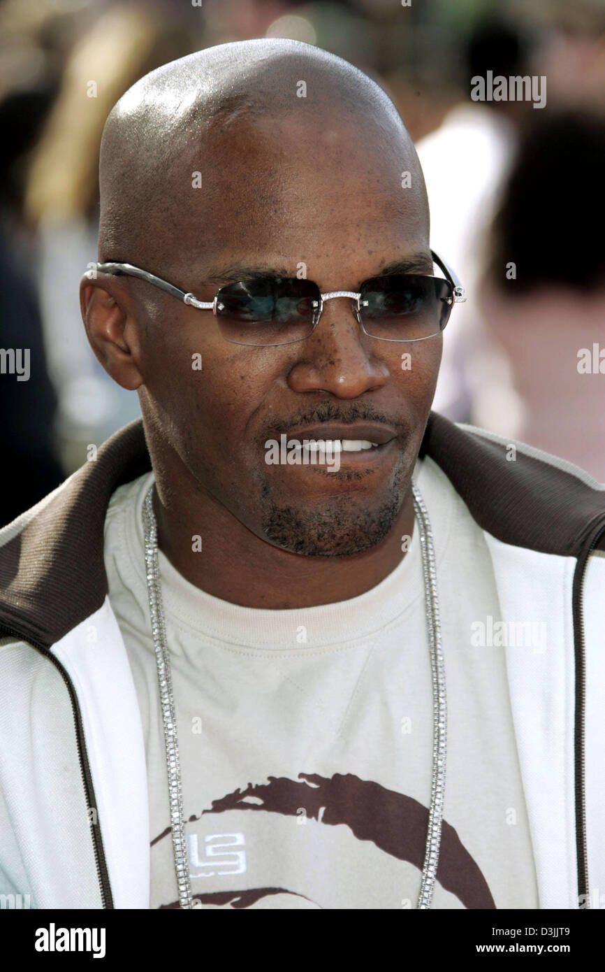 7841a3e5d5 (dpa) - US actor Jamie Foxx wears a pair of sunglasses and smiles as he  arrives for the 18th Nickelodeon s Kid s Choice Awards in Westwood