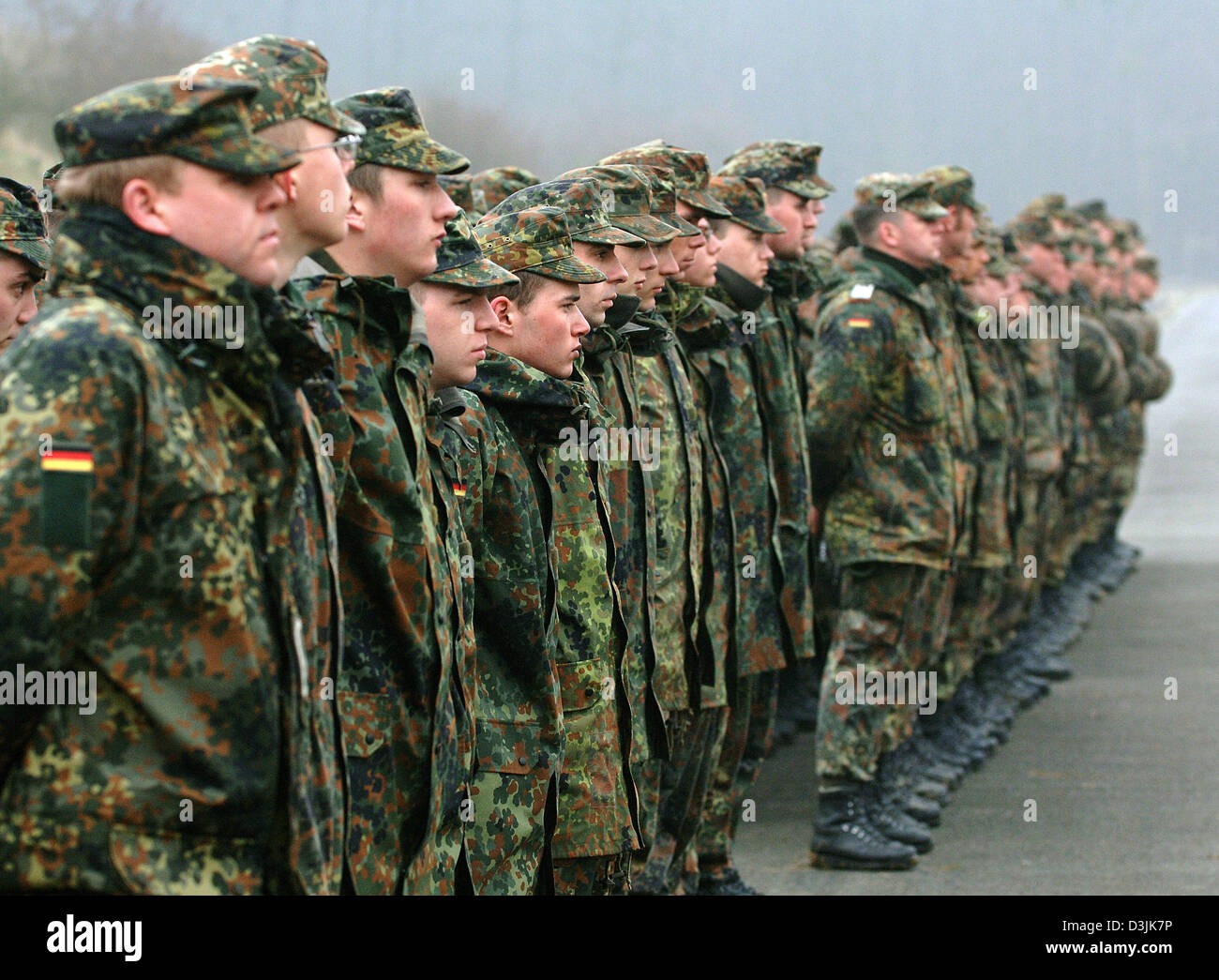(dpa) - Recruits and instructors of the German Bundeswehr form up at a training area in Ahlen, Germany, 18 March - Stock Image