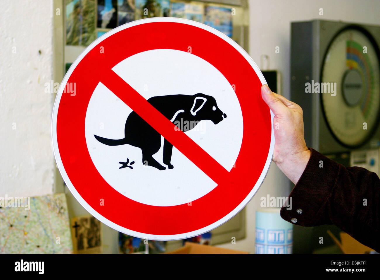 (dpa) - A view of a traffic sign which prohibits dogs to do their business at the Bremicker Verkehrstechnik, manufacturer - Stock Image