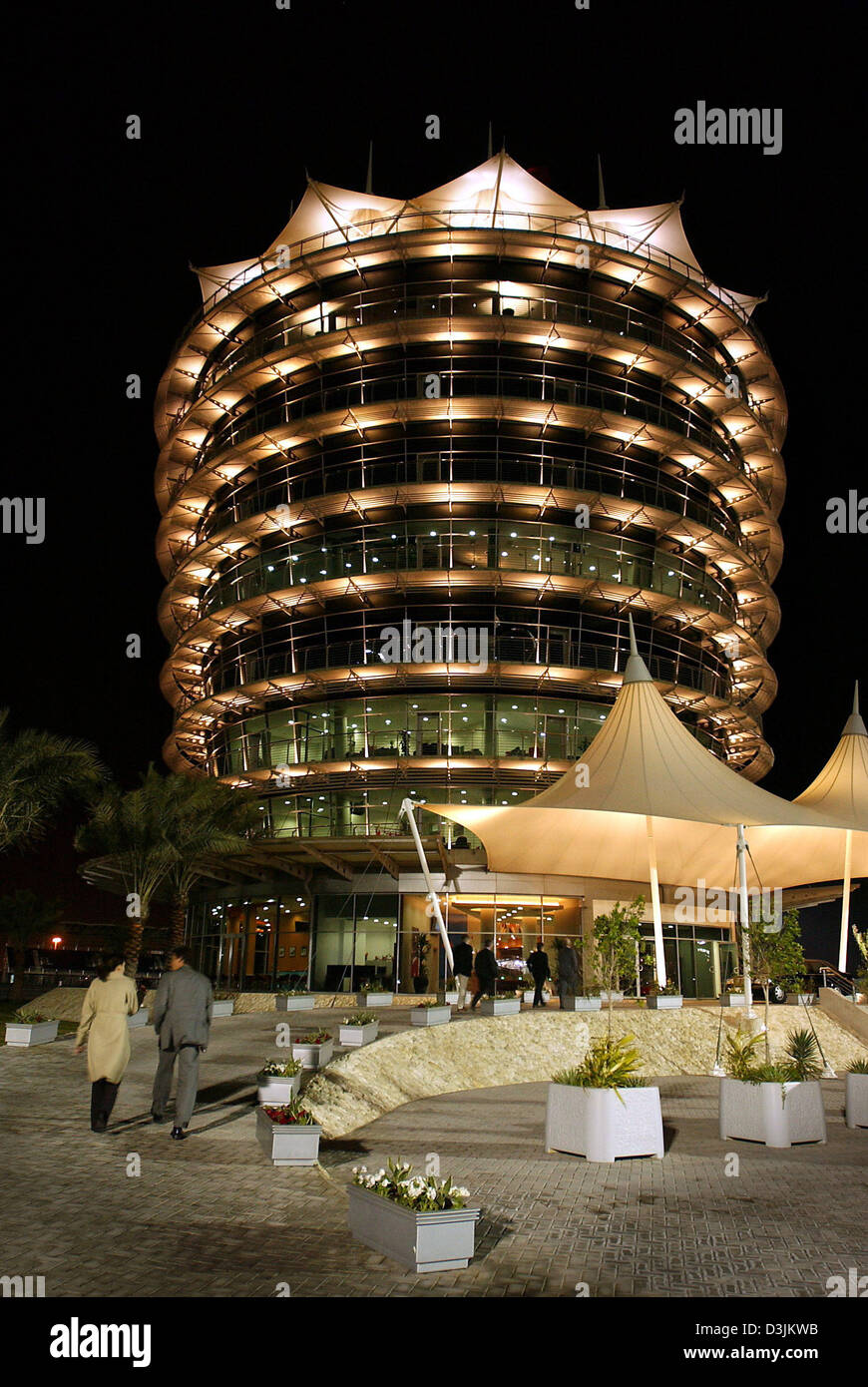 (dpa) - View of the illuminated visitor tower at the Formula 1 race track near Manama, Bahrain, 14 February 2005. - Stock Image