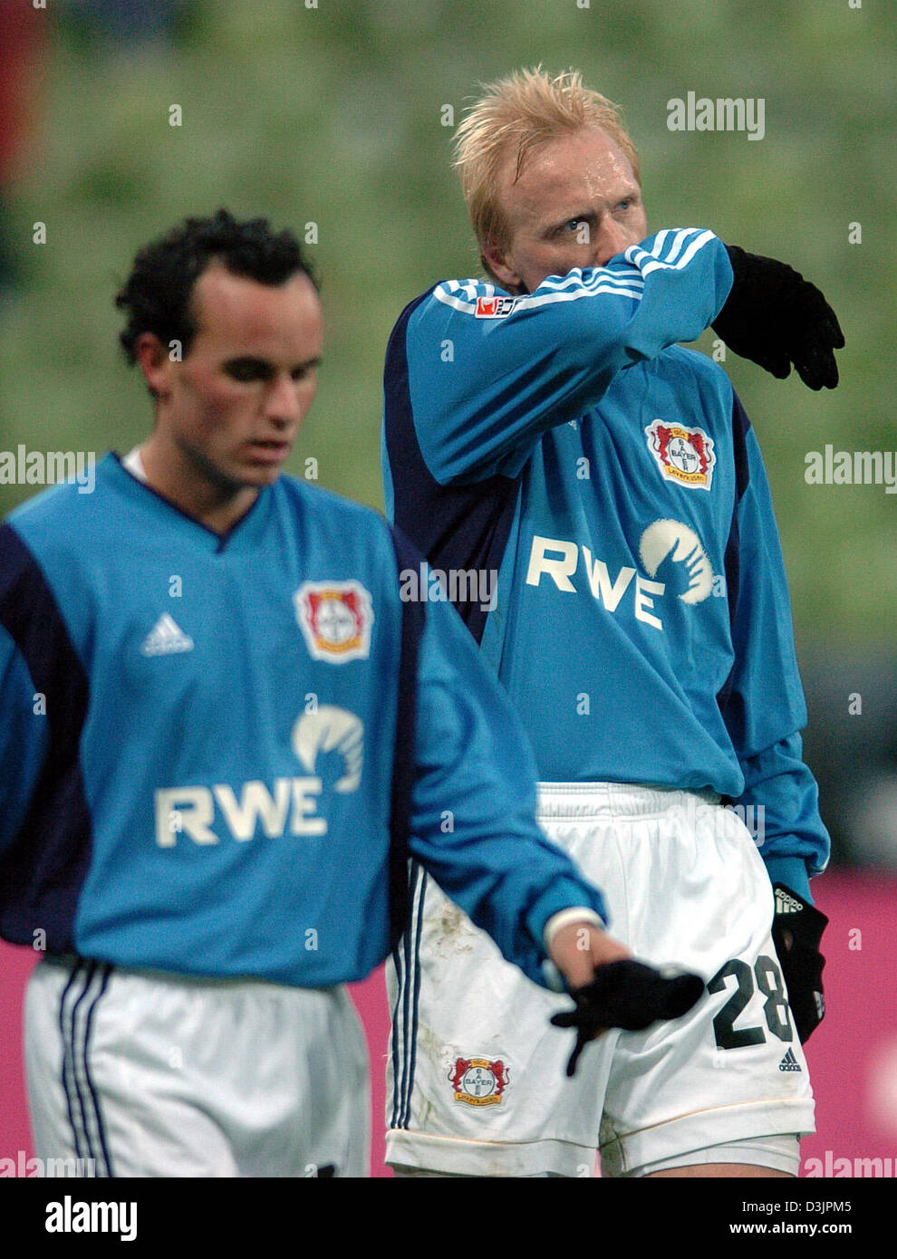 finest selection 040ce bb2a5 dpa) - Leverkusen players Landon Donovan (L) and Carsten ...