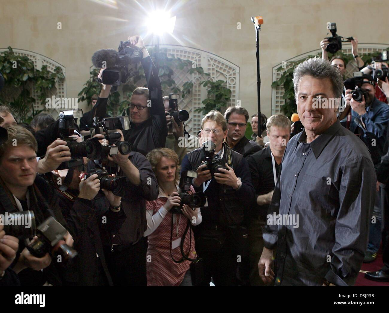 (dpa) - US actor Dustin Hoffman is surrounded by photographers and camera teams during a photo call for the upcoming - Stock Image