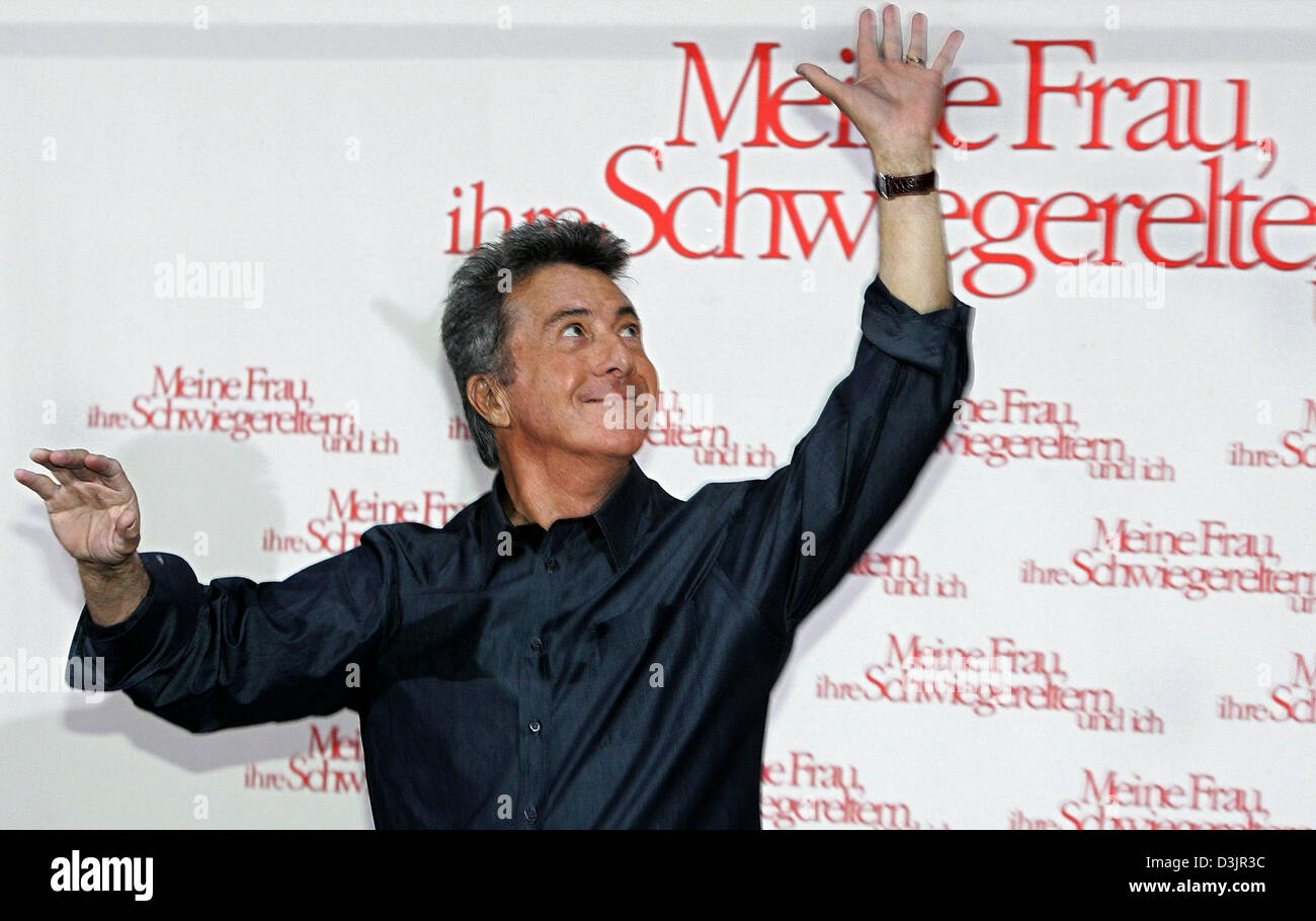 (dpa) - US actor Dustin Hoffman waves during a photo call for the upcoming start of his film 'Meine Frau, ihre - Stock Image