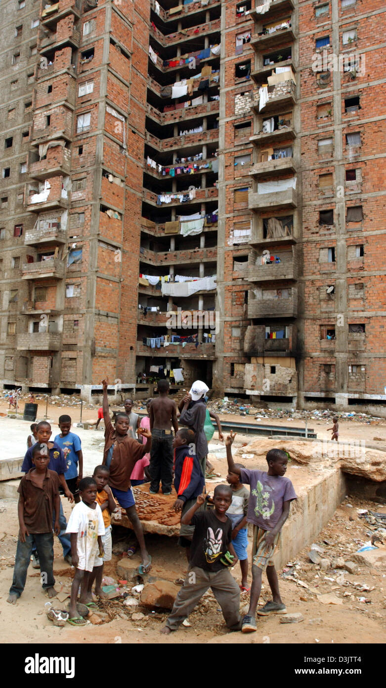 (dpa) - Children show the Victory sign in front of a seized block of flats called 'Chechnya' in Luanda, - Stock Image