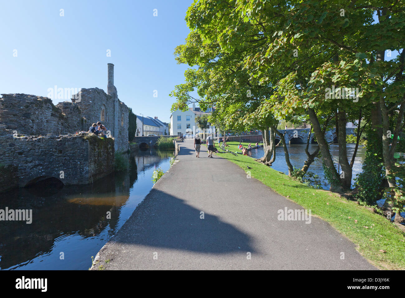 Strolling along the riverbank by the Avon in Christchurch - Stock Image