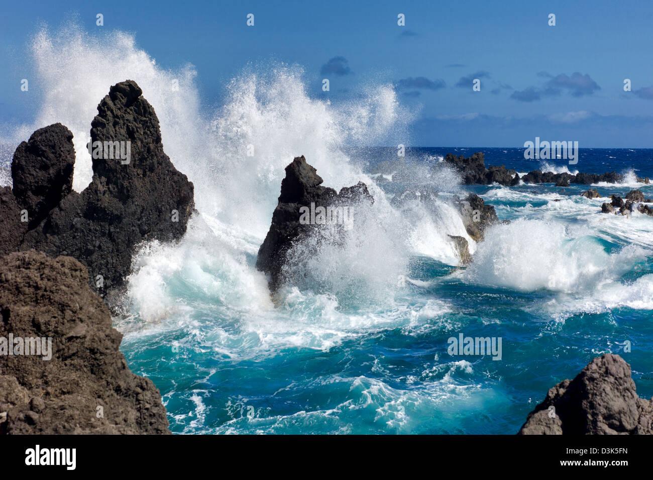 Waves crashing on volcanic rocks. Laupahoehoe Point Beach Park. Hawaii, the big Island. - Stock Image
