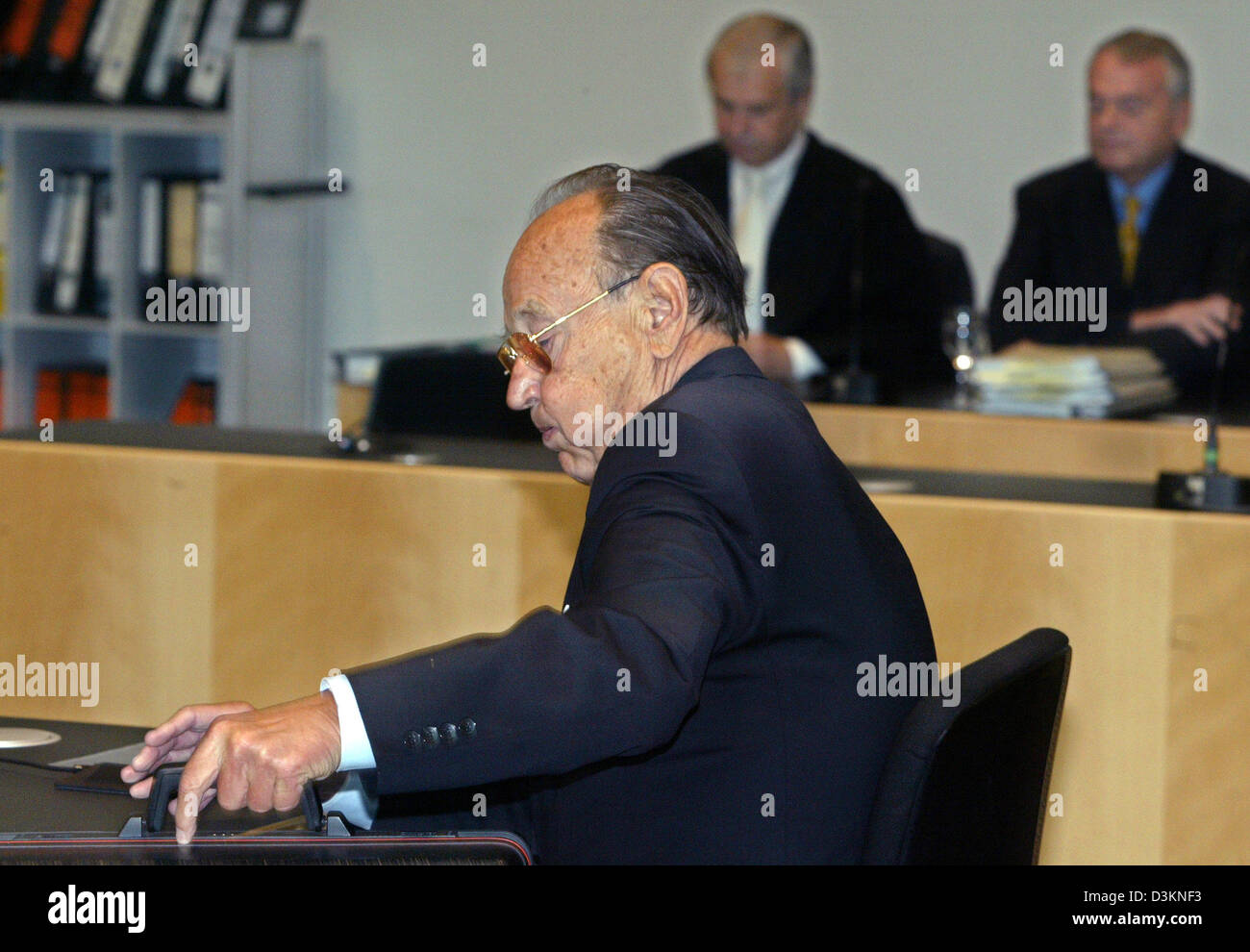 (dpa) - Former German Foreign Minister Hans-Dietrich Genscher sits in the witness stand in the Regional Court of - Stock Image