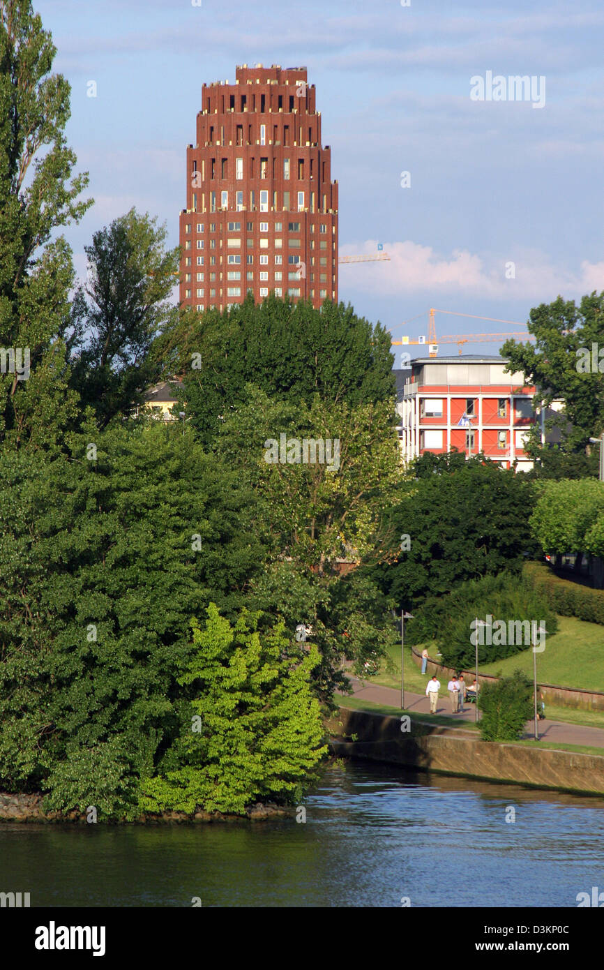 (dpa) - View over the banks of Sachsenhausen district to the high riser 'Main Plaza' iin Frankfurt, Germany, - Stock Image
