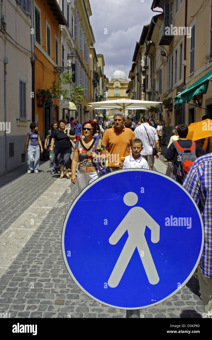 (dpa) - The picture shows tourists in the pedestrian zone of the vacation site of the Pope Castel Gandolfo, Italy, - Stock Image