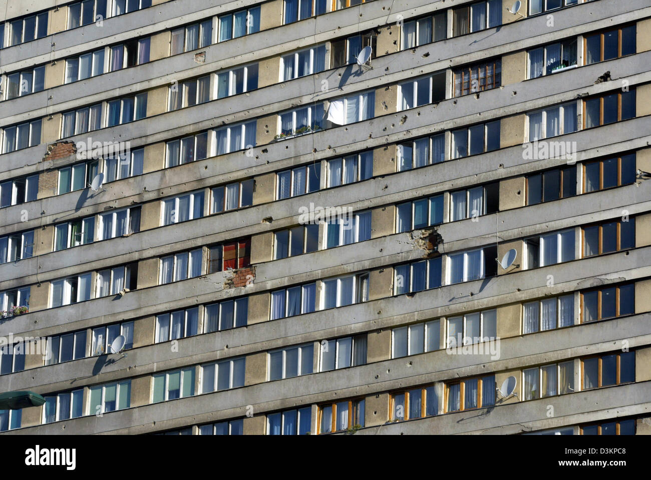 (dpa) - The picture shows an apartment building in Sarajevo, Bosnia and Herzegovina, 2 September 2004. The facade - Stock Image