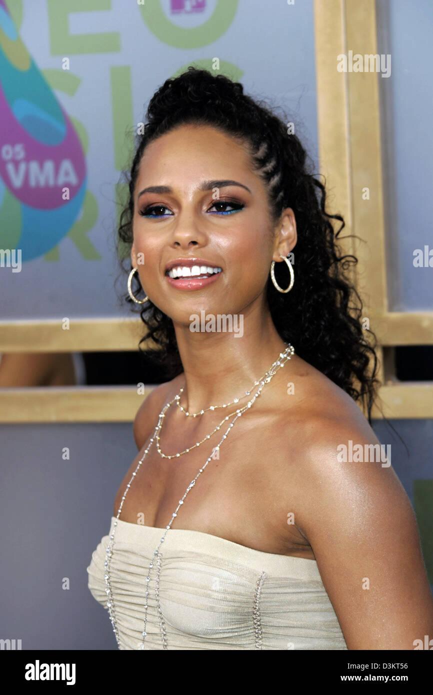 Alicia Smiles dpa) - us singer alicia keys smiles in the pressroom at the