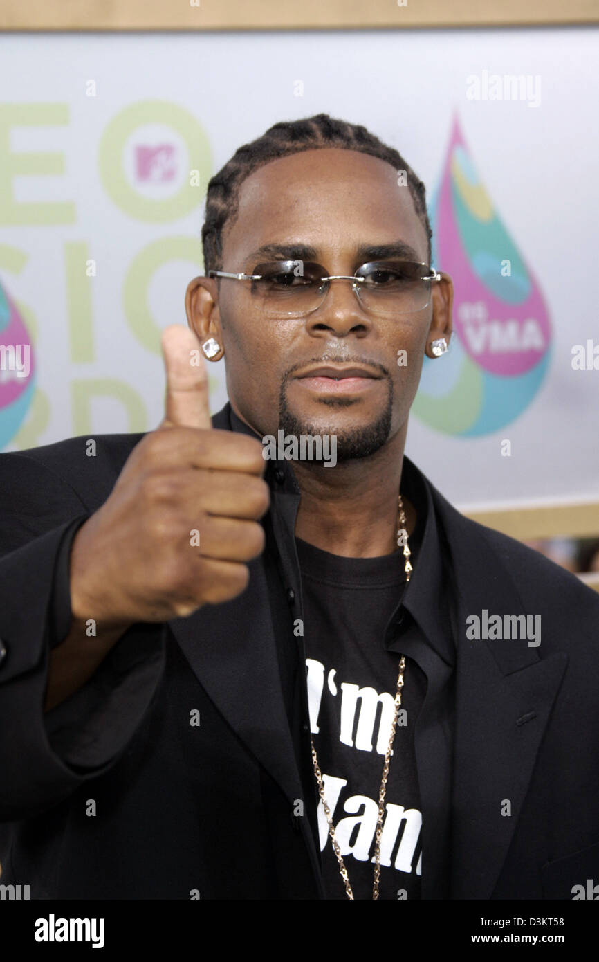 dpa) - American singer R  Kelly shows thumbs up at the MTV