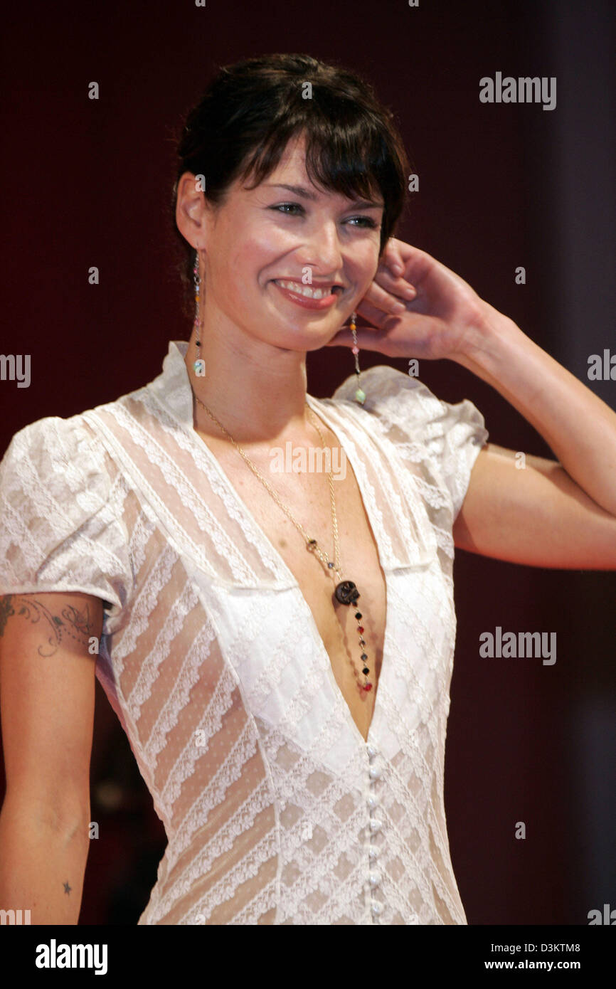 (dpa) - British actress Lena Heady smiles at the film premiere event of 'The Brothers Grimm' at the 62th - Stock Image