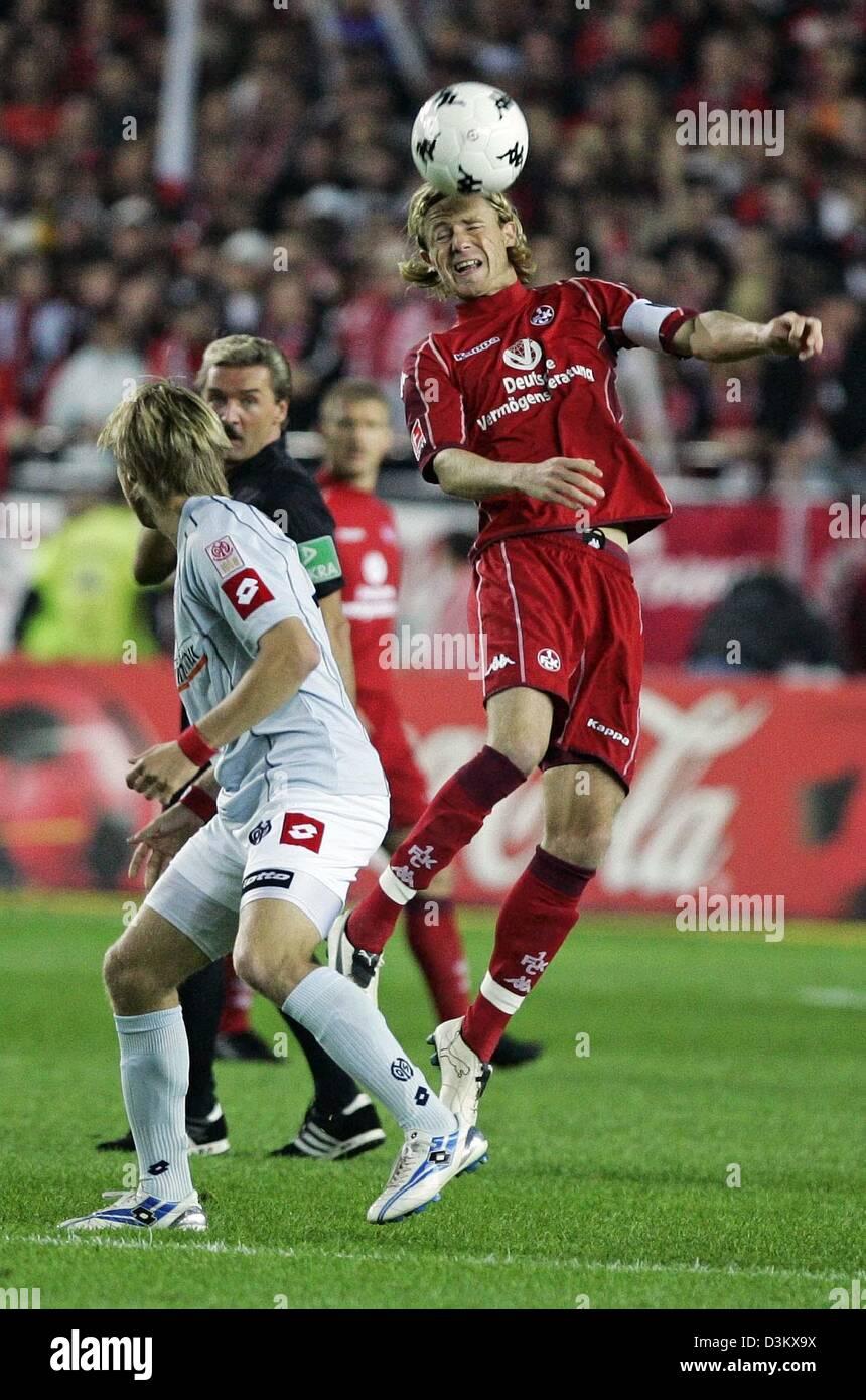 (dpa) - Marco Engelhardt (R) of Kaiserslautern heads the ball next to Fabian Gerber (L) of FSV Mainz 05 during their - Stock Image