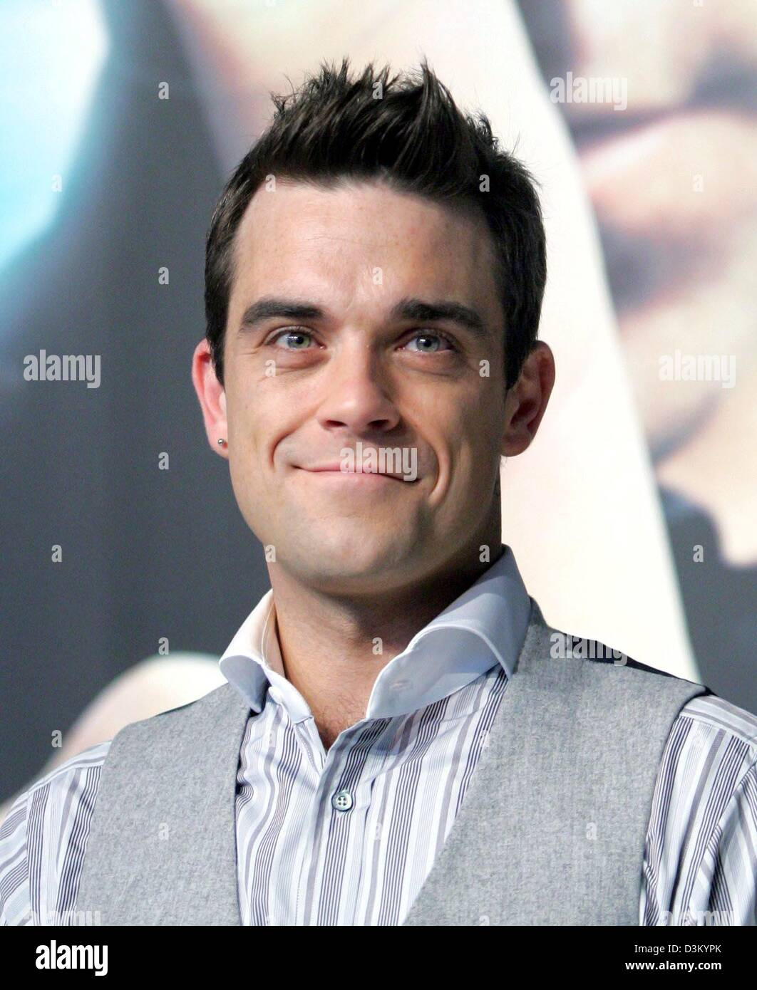 dpa) British pop singer Robbie Williams poses during a