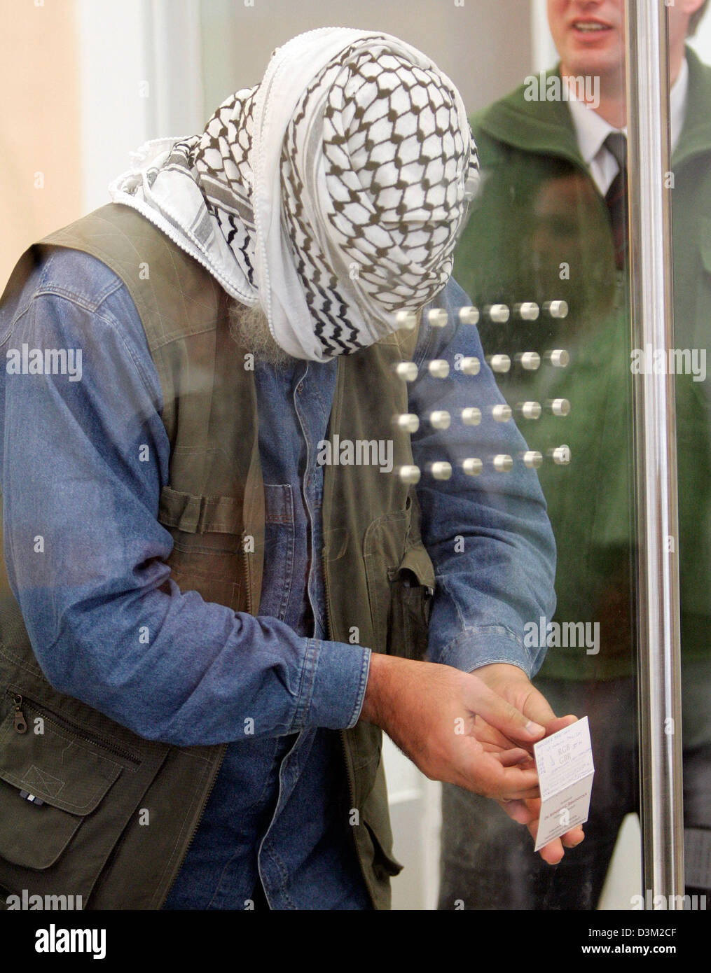 (dpa) - Defendant Mohamad Abu Dhees presses a paper note on the glass wall during the judge's decision at the - Stock Image