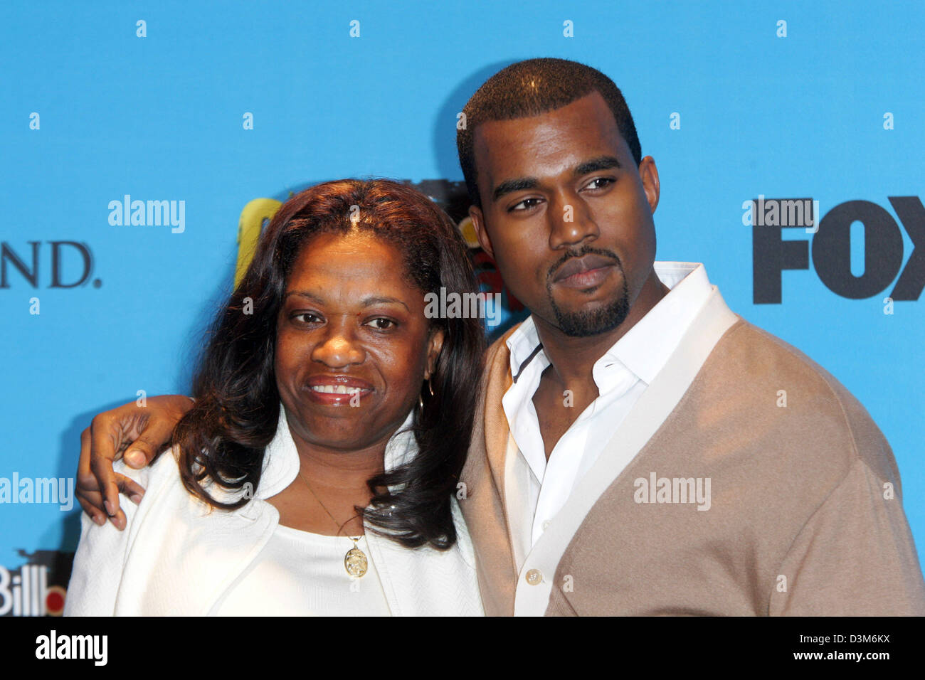 (dpa) - US singer and musician Kanye West (R) and his mother Donda pose together at the MGM  Grand Hotel in Las - Stock Image