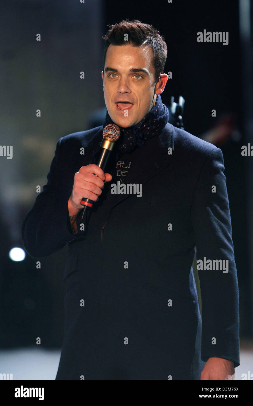 dpa) British pop star Robbie Williams performs during the