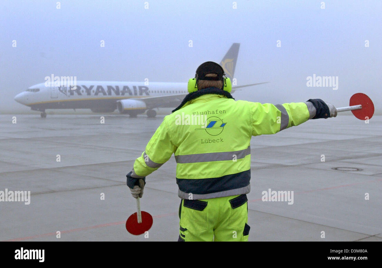 (dpa) - An apron guide directs an aircraft of Irish low cost carrier Ryanair to its parking position after its departure - Stock Image