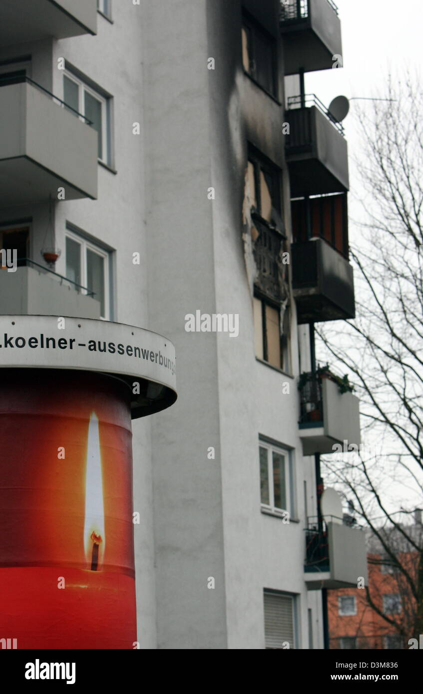 (dpa) - An advertisement with a candle can be seen on an advertising pillar in front of a seven-storey dwelling - Stock Image