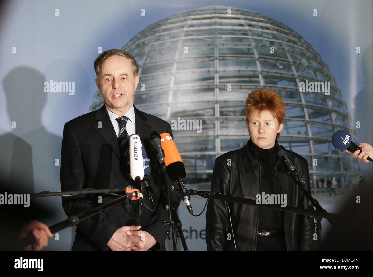 Joerg van Essen (L), parliamentary chairman of the Liberal Democrats' (FDP) Bundestags fraction and Petra Pau, the deputy chairwoman of the Bundestag fraction of the Links Party, comment on the failure of their partys' proposal to institute a board of inquiry concerning the activities of the German intelligence service in Iraq in Berlin, Wednesday, 25 January 2006. After the term o Stock Photo