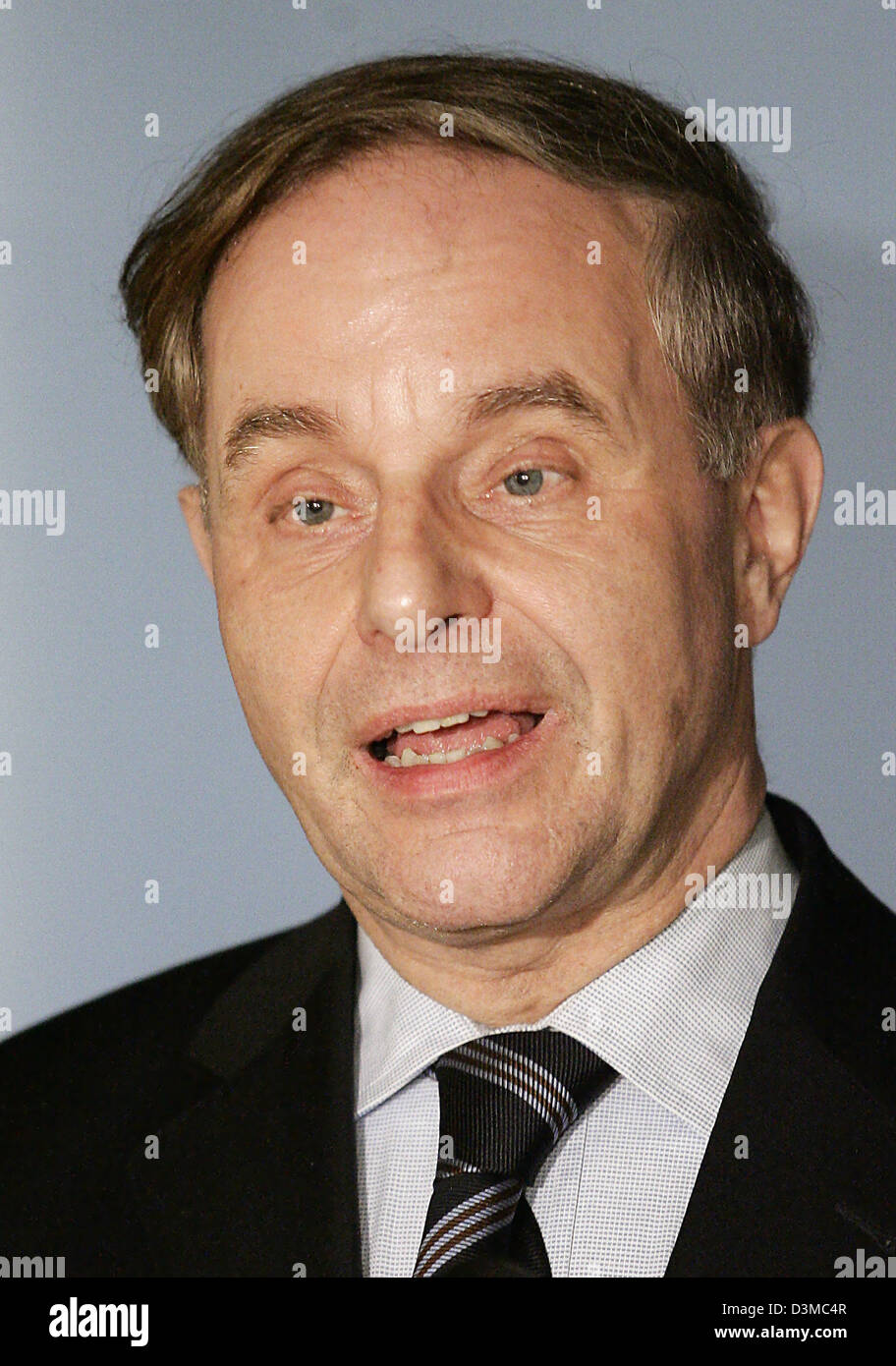 Joerg van Essen (L), parliamentary chairman of the Liberal Democrats' (FDP) Bundestag fraction, comments on the failure of the FPD's and the Links  Party's proposal to institute a board of inquiry concerning the activities of the German intelligence service in Iraq in Berlin, Wednesday, 25 January 2006. After the term of expiration for the petition van Essen stated, that the necess Stock Photo