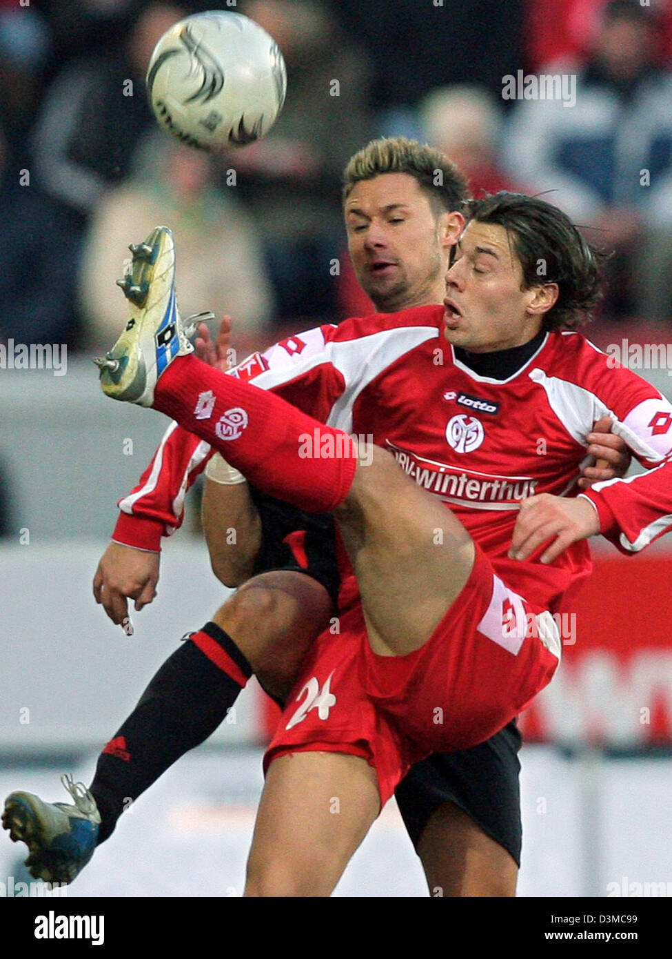 Mainz player Benjamin Weigelt (F) and Albert Streit from Cologne vie for the ball in the FSV Mainz 05 vs. FC Cologne - Stock Image