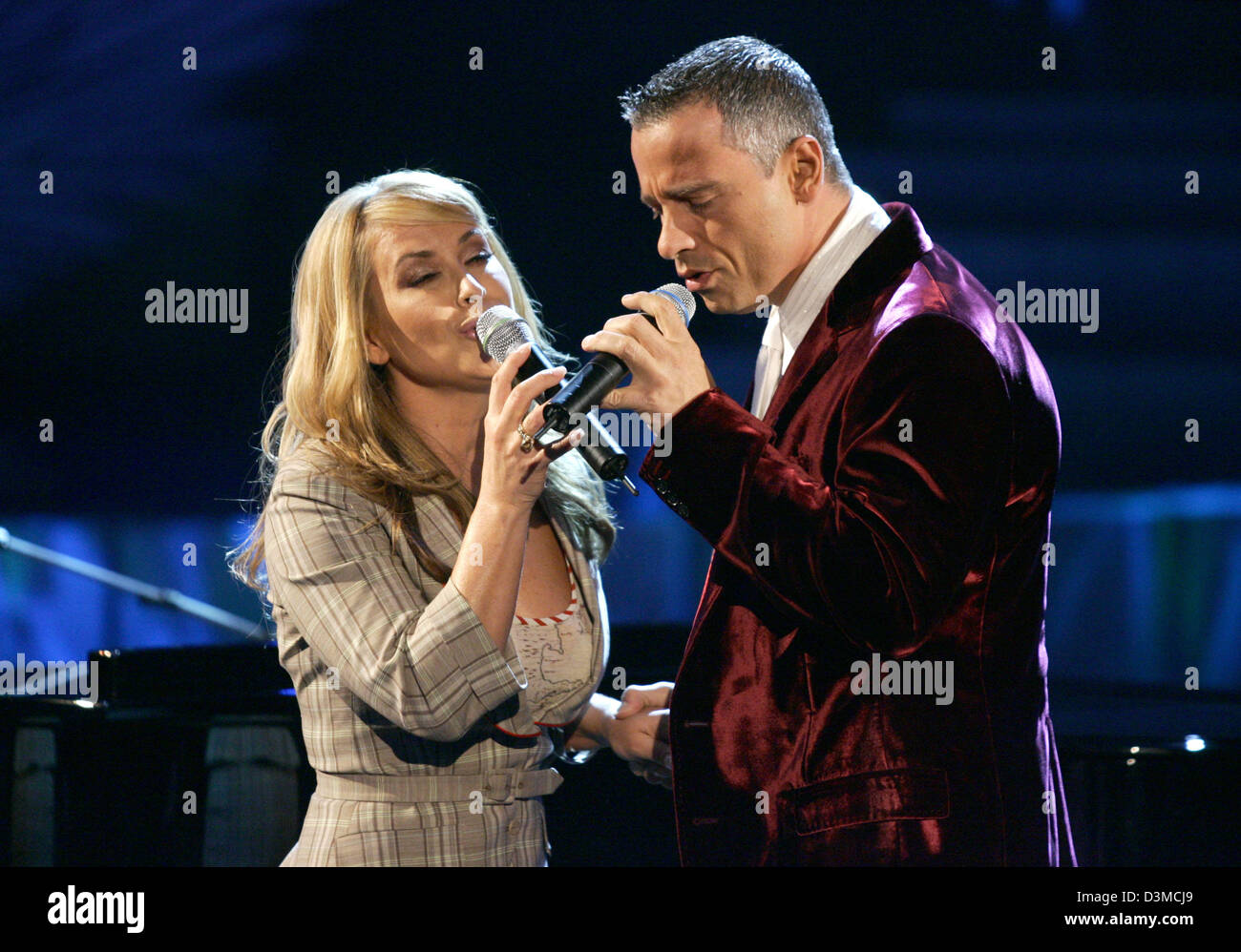 Italian Singer Eros Rmazotti R And Us Singer Anastacia Perform Together At The German Tv Show Wetten Dass Bet That In The Salzburg Arena In