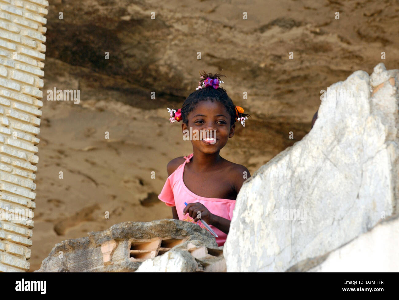 (dpa file) - A girl smiles despite the war-ravaged surroundings in the province city of Huambo, Angola, 21 July - Stock Image