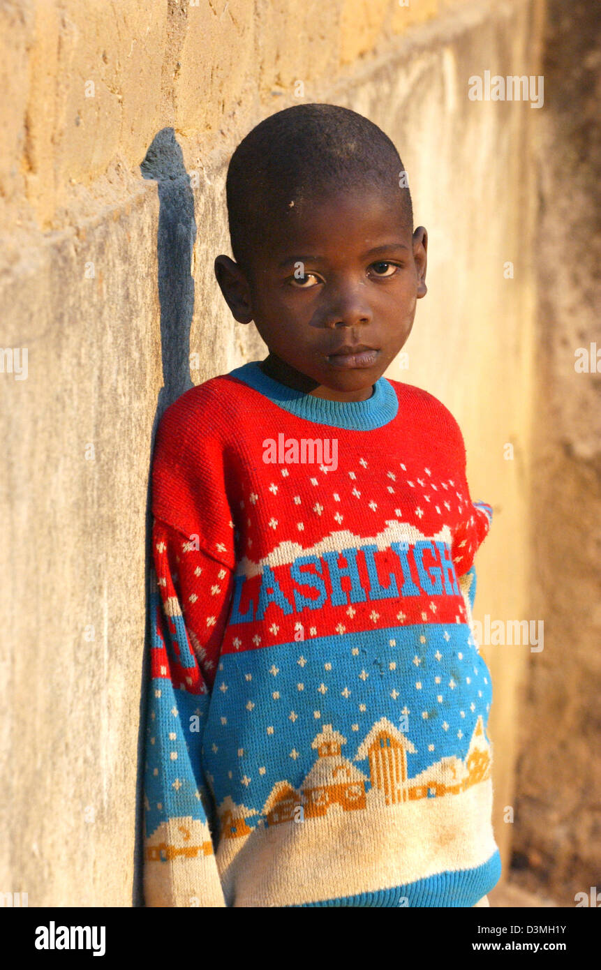 (dpa file) - A young boy leans on a war-ravaged wall in the province city of Huambo, Angola, 21 July 2005. Photo: - Stock Image