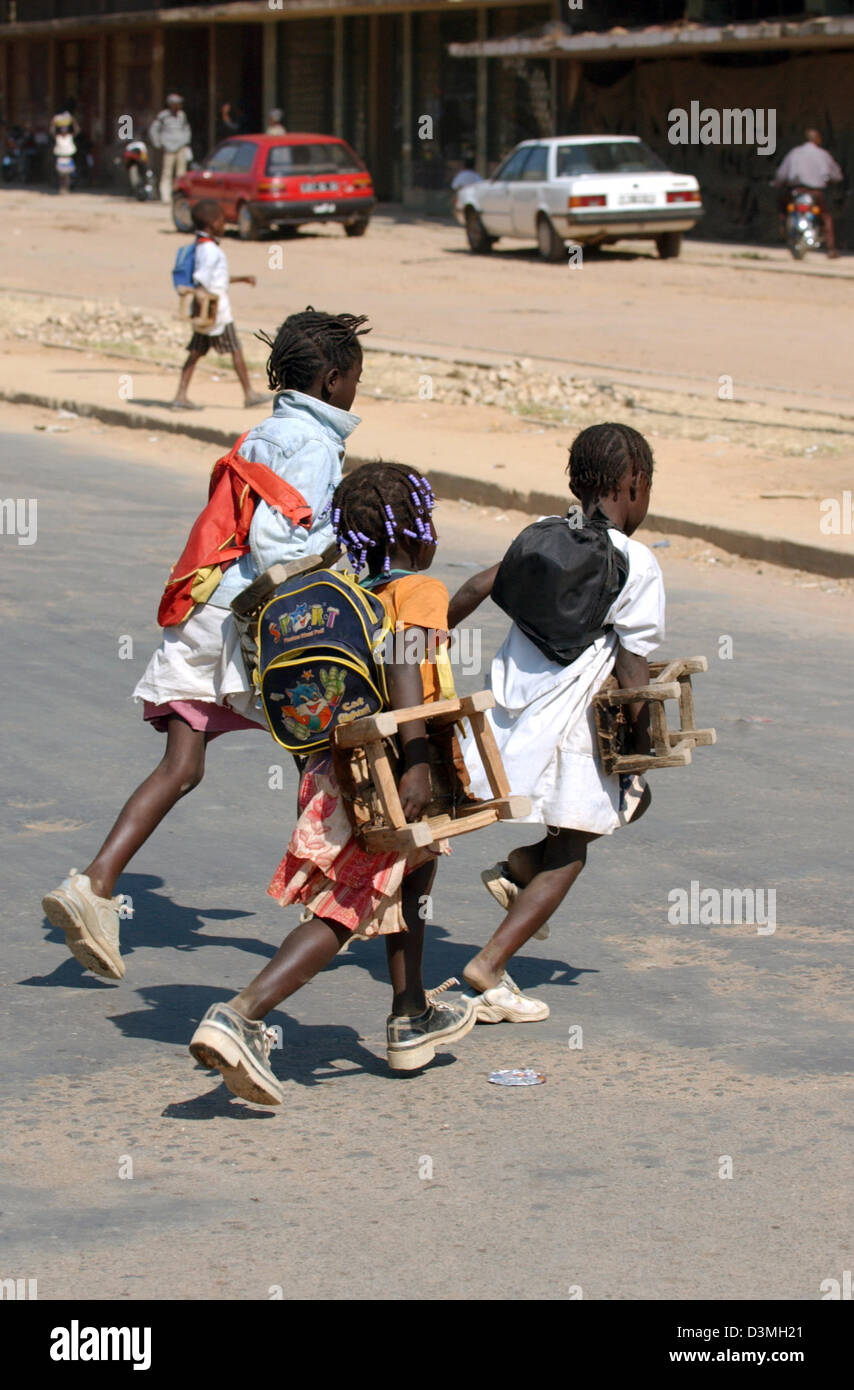 (dpa file) - Children cross a war-ravaged street in the province city of Huambo, Angola, 21 July 2005. Photo: Wolfgang - Stock Image