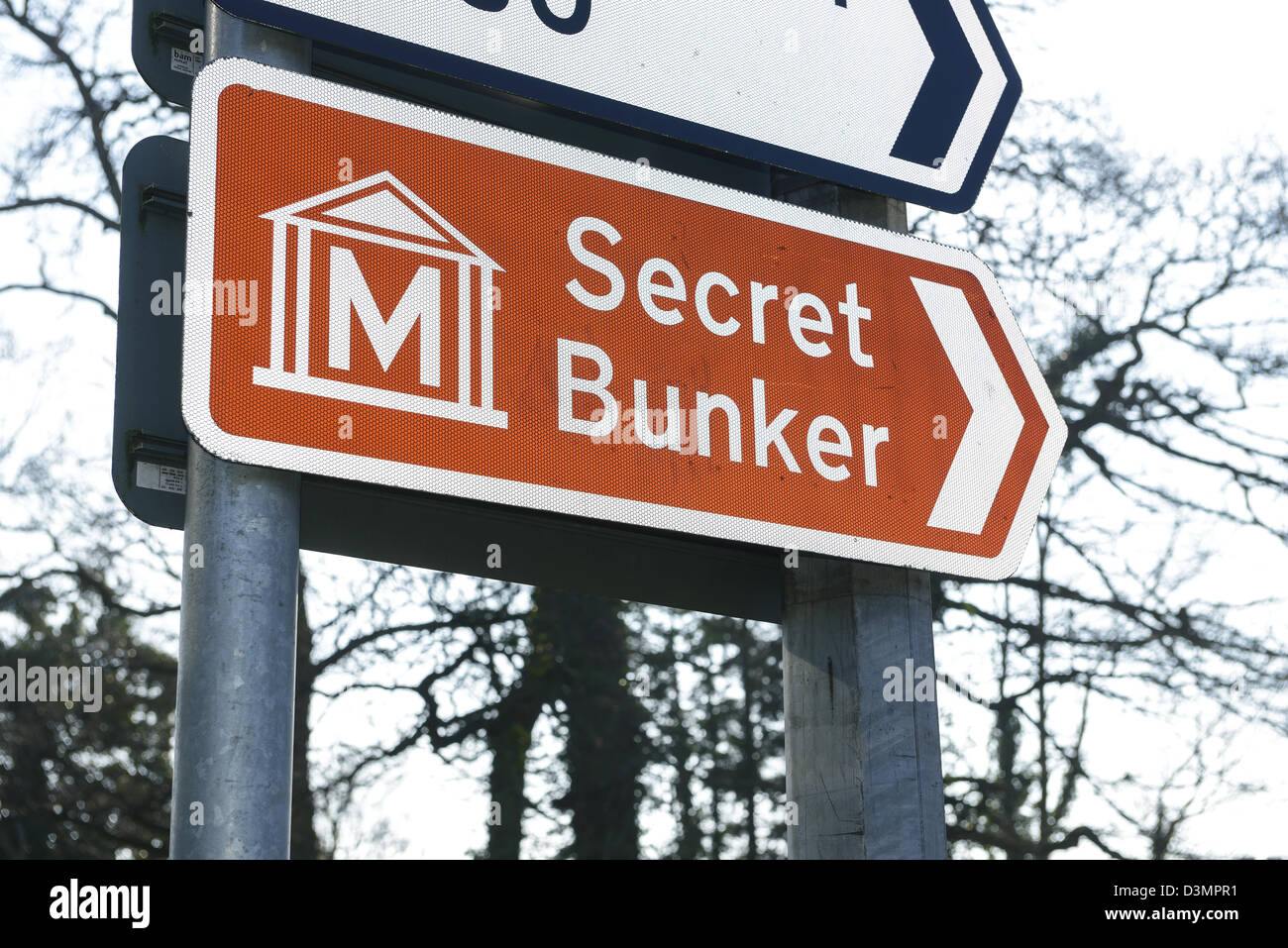 Brown road sign pointing to a Secret Bunker - Stock Image