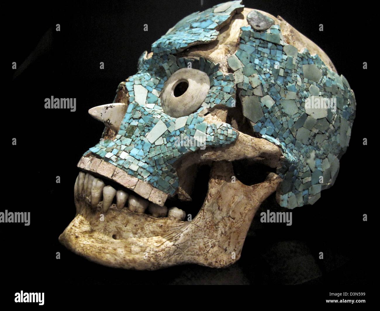 pre Columbian art human skull with inset stone eyeball eyeballs & gorgeous partial overlay turquoise mosaic - Stock Image