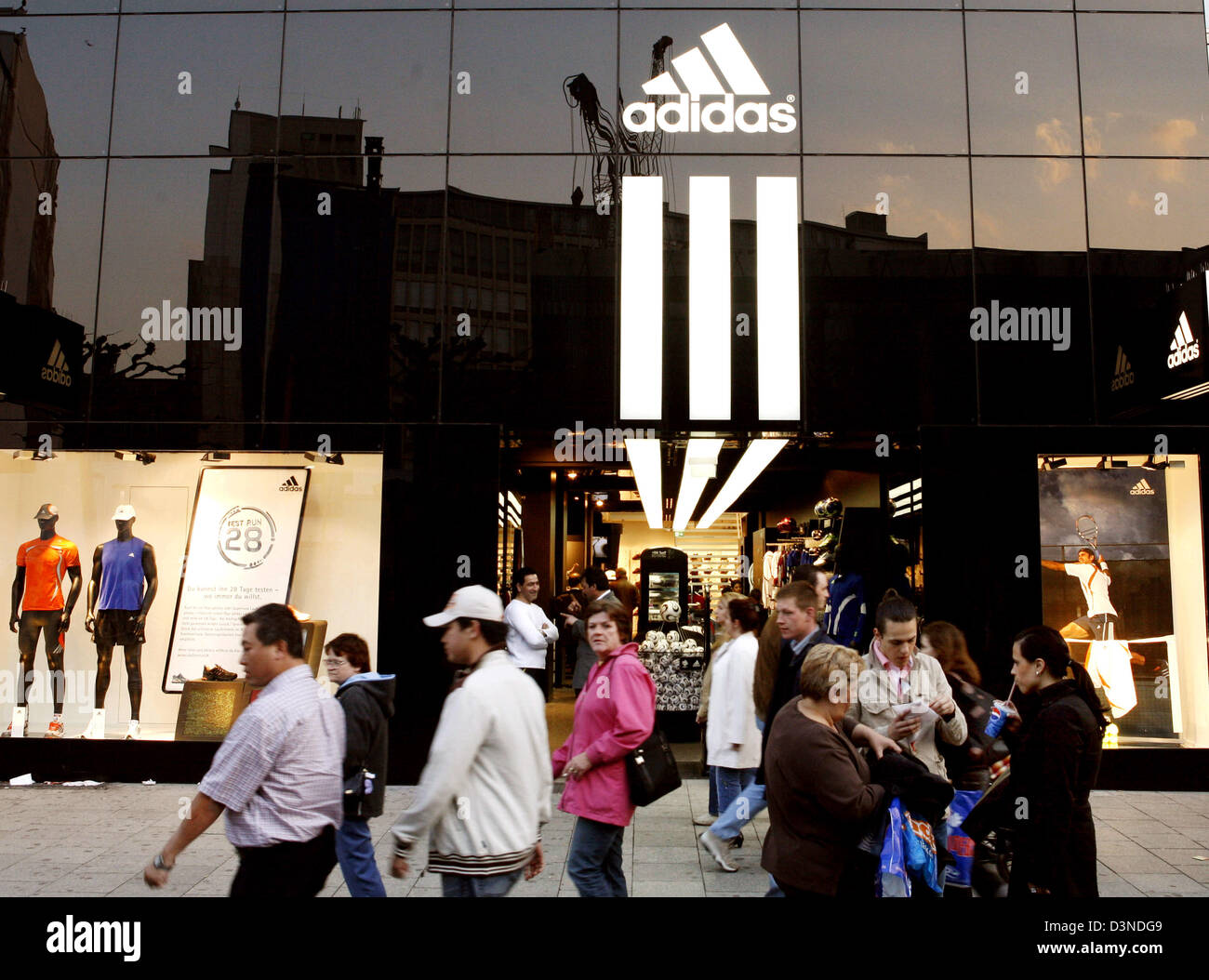 bisonte Fantástico De este modo  The picture shows consumers at the entrance to the Adidas store on Stock  Photo - Alamy