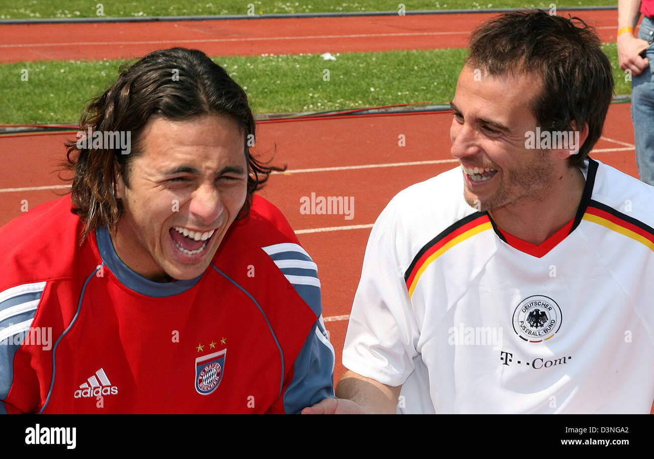 Bayern Muenchen players Claudio Pizarro (L) and Mehmet Scholl laugh during their team's friendly match against - Stock Image