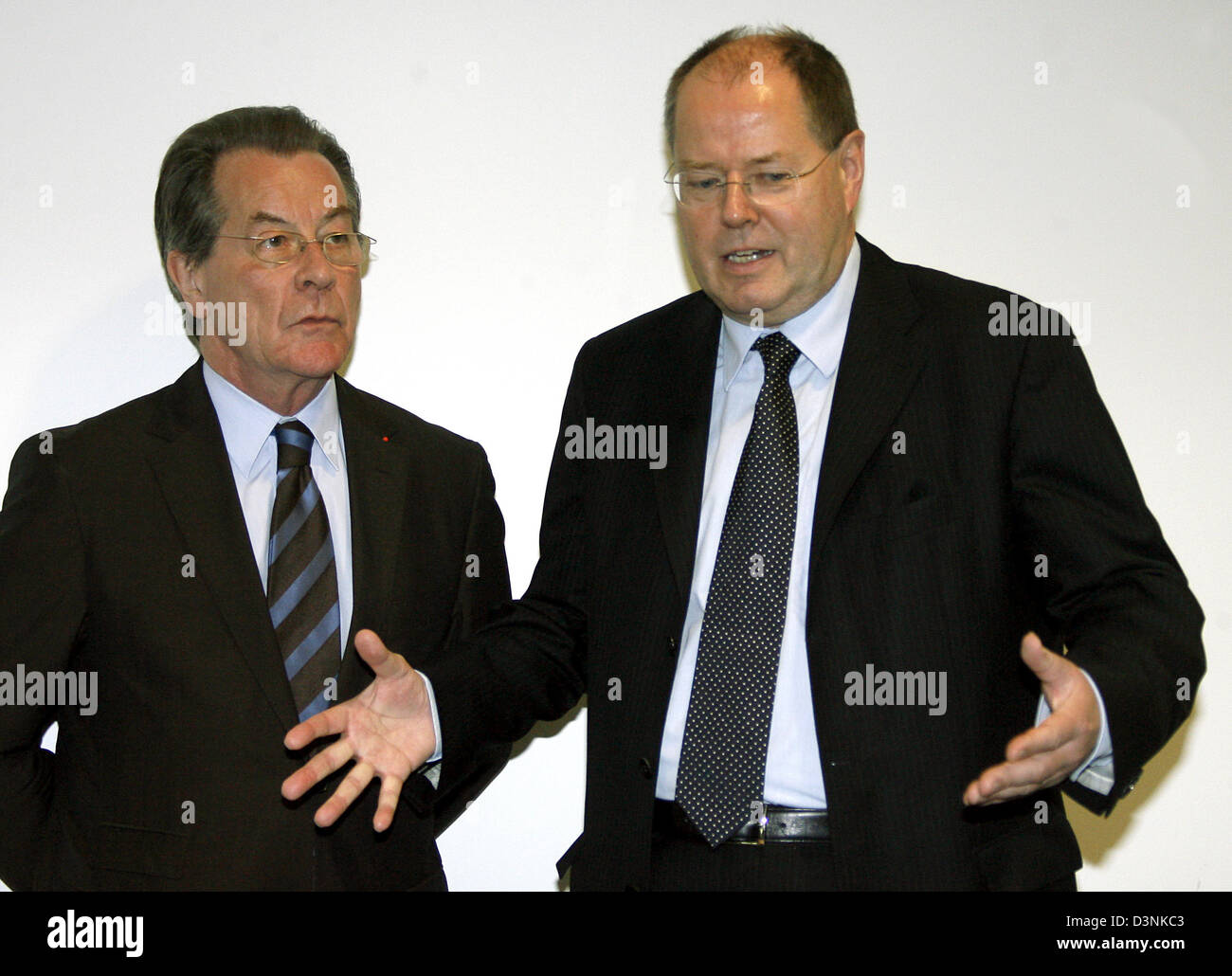 Franz Muentefering (L), German Federal Minister of Labour, and Peer Steinbrueck (R), Minister of Finance, talk to - Stock Image