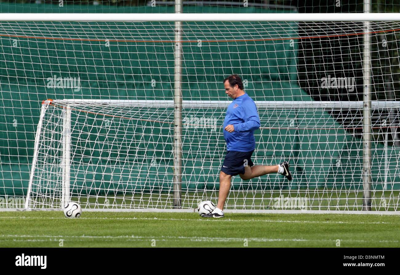 US head coach Bruce Arena runs with the ball during the training of the US soccer team on the training premises - Stock Image