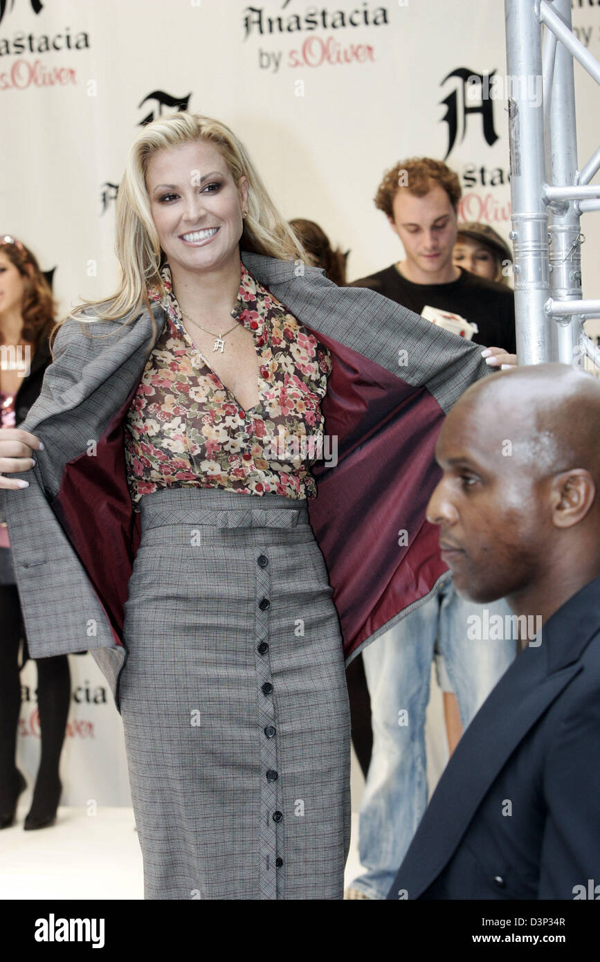 new product 25b85 693da Singer Anastacia presents her fashion line in a 's.Oliver ...