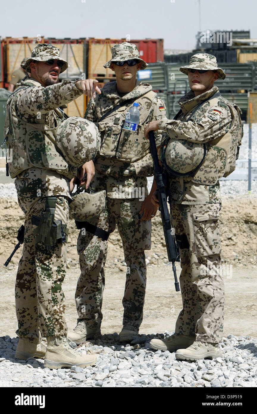 Three German Bundeswehr soldiers of the Provincial Reconstruction Team (PRT) chat in the Bundeswehr camp of Kunduz, - Stock Image