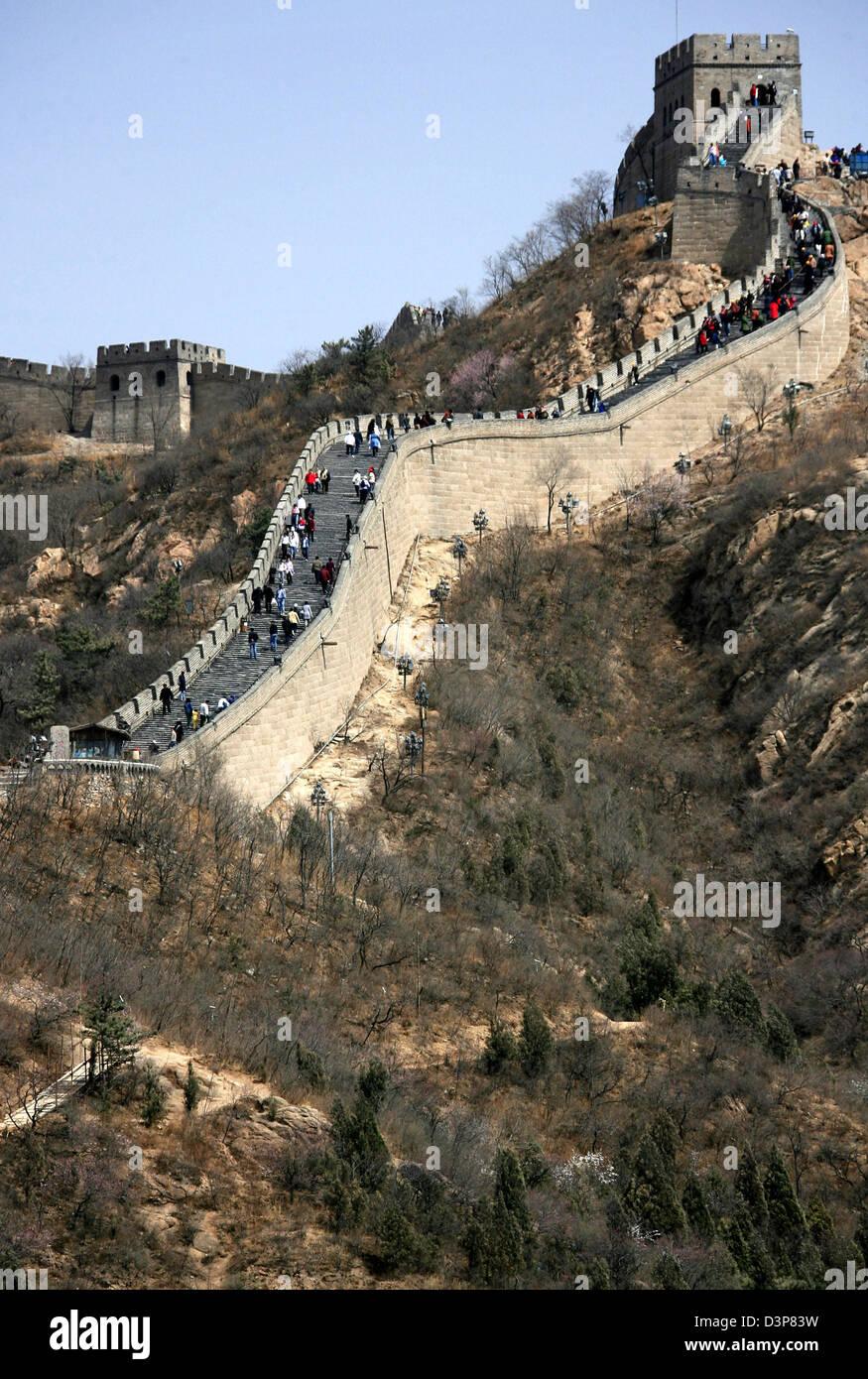 (dpa file) Visitors walk along a renovated part of Great Wall near the capital Beijing, China, Tuesday 11 April - Stock Image
